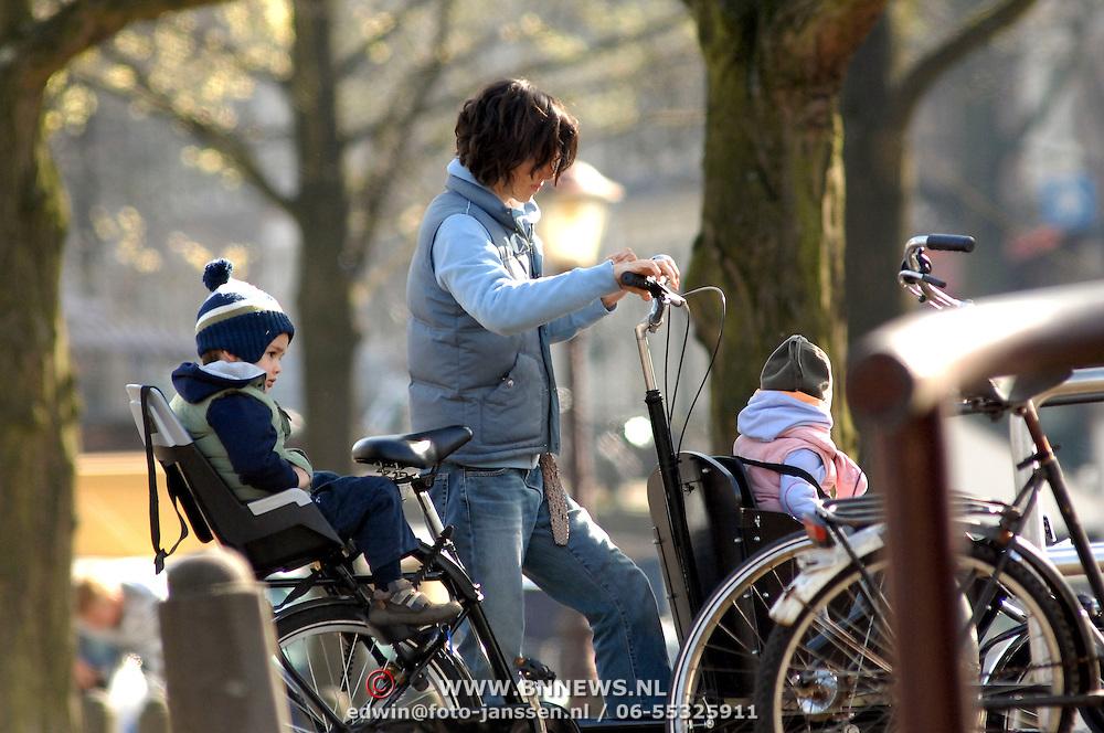 NLD/Amsterdam/20070405 - Partner Thomas Acda met kinderen op de fiets