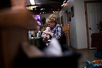 Ohio, Usa. Oktober 2016. Lille baby Ron våkner etter en blund og får morsmelkerstattning og nærhet av Suzanne. Fotografier til dokument om valget i Usa og Appalachene. Foto: Christopher Olssøn