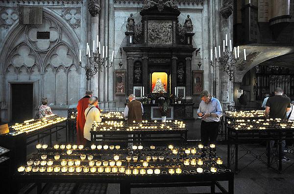 Duitsland, Keulen, 9-8-2009Toeristen in de Keulse Dom branden een kaars bij het Mariabeeld.Foto: Flip Franssen/Hollandse Hoogte