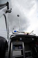 Bialystok, 07.10.2019. Bialostocka Straz Miejska dostala na wyposazenie smogobus, czyli mobilne laboratorium do kontrolowania jakosci powietrza w miescie. Straznicy moga prowadzic obserwacje okolicy przy pomocy kamery na 6,5m wysiegniku i monitorowac czy ktos nie emituje zbyt duzo dymu. Smogobus wyposazany jest rowniez w urzadzenia pomiarowe do kontroli m.in pylomierz N/z smogobus z rozlozona antena obserwacyjna fot Michal Kosc / AGENCJA WSCHOD