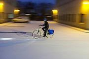 Een fietser rijdt bij de Kanaalweg in Utrecht rijden door de sneeuw.<br /> <br /> A cyclist in the snow
