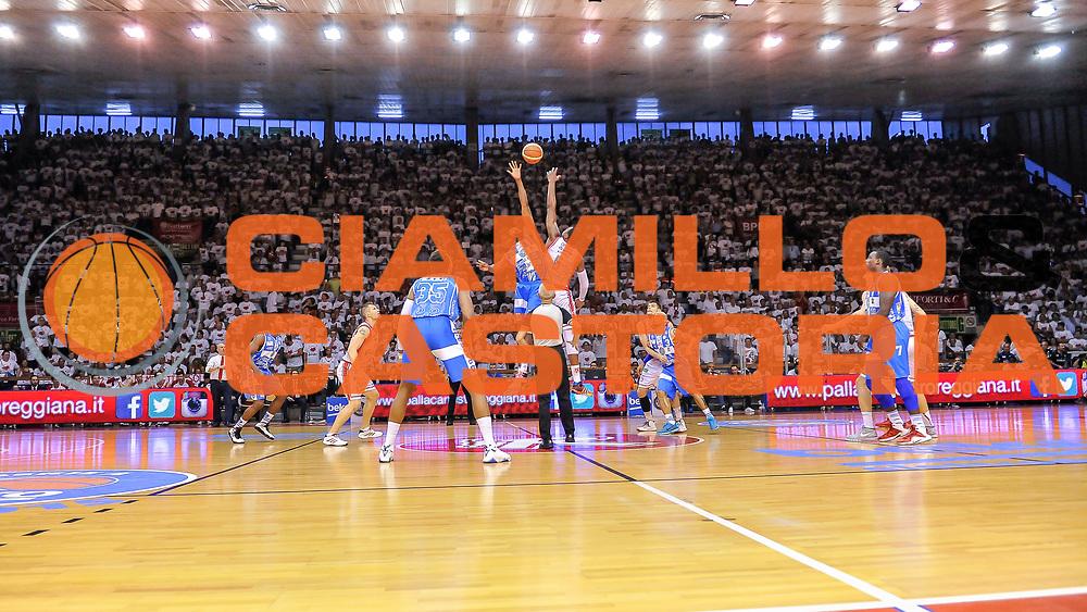 DESCRIZIONE : Campionato 2014/15 Serie A Beko Grissin Bon Reggio Emilia - Dinamo Banco di Sardegna Sassari Finale Playoff Gara7 Scudetto<br /> GIOCATORE : Shane Lawal Vitalis Chikoko<br /> CATEGORIA : Tifosi Pubblico Spettatori Panoramica Palla a Due<br /> SQUADRA : Grissin Bon Reggio Emilia<br /> EVENTO : LegaBasket Serie A Beko 2014/2015<br /> GARA : Grissin Bon Reggio Emilia - Dinamo Banco di Sardegna Sassari Finale Playoff Gara7 Scudetto<br /> DATA : 26/06/2015<br /> SPORT : Pallacanestro <br /> AUTORE : Agenzia Ciamillo-Castoria/L.Canu