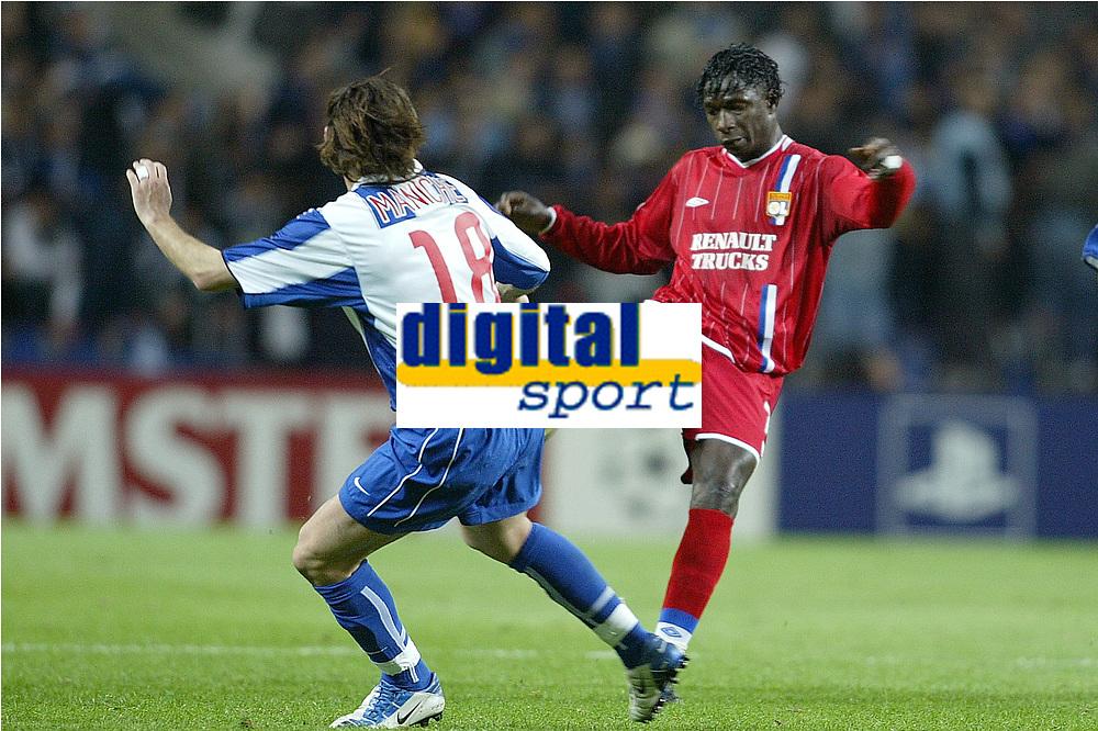 FOOTBALL - CHAMPIONS LEAGUE CUP 2003/04 - 1/4 FINAL 1ST LEG - 23/03/2004 - FC PORTO v OLYMPIQUE LYONNAIS - MAHAMADOU DIARRA (LYON) / MANICHE (POR) - PHOTO JEAN MARIE HERVIO / DIGITALSPORT