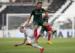 Kristoffer Pallesen (AaB) og Bryan Oviedo (FC København) under kampen i 3F Superligaen mellem FC København og AaB den 17. juni 2020 i Telia Parken, København (Foto: Claus Birch).