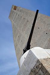 Vista dal basso del monumento al marinaio della città di Brindisi. In primo piano un pezzo di artiglieria che abbellisce il monumento. Il monumento è stato per anni chiuso al pubblico in seguito al suicidio di un marinaio. Ora è nuovamente possibile salirvi in cima per godere della vista sull'intera città.