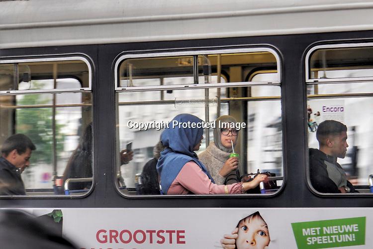 Belgie, Antwerpen, 16-9-2019Twee moslimmeisjes, meiden, met hoofddoekjes op zitten in een tram die passeert .  FOTO: FLIP FRANSSEN