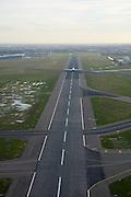 Nederland, Noord-Holland, Schiphol, 15-02-2007;  Schiphol airport, zicht op de Aalsmeerbaan, met vertrekkend (opstijgend) verkeersvliegtuig; slot, geluidsoverlast, profiel, geluidscontour, hinderwet, vliegen, toerisme, verkeersleiding, infrastuctuur, verkeer en vervoer.luchtfoto (toeslag); aerial photo (additional fee required); .foto Siebe Swart / photo Siebe Swart