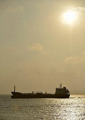 Nederland, Vlissingen, 14-9-2014 Een gastanker met LPG vaart bij Vlissingen vanaf de Westerschelde naar de Noordzee. Vanaf het strand van Walcheren bij Dishoek heb je mooi zicht op de scheepsbewegingen. Het is een kustvaarder. FOTO: FLIP FRANSSEN/ HOLLANDSE HOOGTE