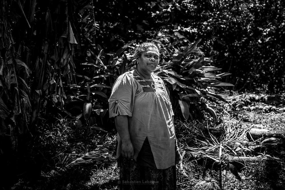 NOUVELLE CALEDONIE,  Tiouande  - Processus de fabrication d'une Monnaie Kanak por Yvonne SAHILE, rare femme a produire des monnaies Kanak -  La monnaie est composée de la tete, en bois sculpte ou en tressage de laine colore, autrefois en poil de roussette, puis le corps est réalise avec des os de roussette teinte selon la valeur de la monnaie, on trouve des coquillage representant la toutoute ou la conque de l'appel, un tressage en fibre de coco et des os sculptes pour representer la case, une graine pour le coeur, puis une longueur consequente d'os de roussette determinant la valeur jusqu'au pied fait en tressage. Aire Coutumiere de Paici-Cemuhi, Commune de Touho - Aout 2013