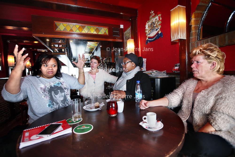 Nederland, Diemen , 7 november 2014.<br /> enkele Slachtoffers van een  ontploffing onlangs  in een flat in Diemen waarbij 2 doden te betreuren vallen doen in café de Herberg hun  beklag omtrent de afhandeling van woningcoorperatie de Key. <br /> v.l.n.r.Cladet Sarucco, Kim (dochter van Linda frantzen), Graciella Jozefzoon en Linda Frantzen tevens eigenares van café de Herberg.<br /> Foto:Jean-Pierre Jans