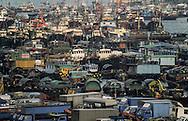 Hong Kong. . the Junks (aerial view) in typhon shelter of Aberdeen        / les jonques abri anti typhon. Aberdeen. vue aérienne . Aberdeen ancien port réduit aujourd'hui à un bras d'eau.