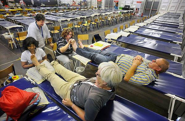 Nederland, Nijmegen, 19-7-2009Vrijwilligers van het Rode Kruis krijgen nog een laatste opfrisoefening in de tent waar vanaf dinsdag 4daagselopers hun blaren kunnen laten prikken.Foto: Flip Franssen/Hollandse Hoogte