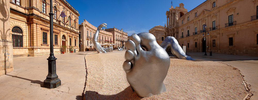 """""""The Awakening"""" a 70 ft sculpture aluminuim sculpture by Seward Johnson - Duomo square, Siracusa, Sicily. .<br /> <br /> Visit our SICILY PHOTO COLLECTIONS for more   photos  to download or buy as prints https://funkystock.photoshelter.com/gallery-collection/2b-Pictures-Images-of-Sicily-Photos-of-Sicilian-Historic-Landmark-Sites/C0000qAkj8TXCzro<br /> If you prefer to buy from our ALAMY PHOTO LIBRARY  Collection visit : https://www.alamy.com/portfolio/paul-williams-funkystock/syracusesicily.html"""