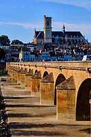 France, Nièvre (58), Nevers, cathédrale Saint-Cyr-et-Sainte-Julitte sur le chemin de Saint-jacques de Compostelle et pont sur la Loire, val de Loire // France, Nièvre (58), Nevers, Saint-Cyr-et-Sainte-Julitte cathedral on the way to Saint-Jacques de Compostelle and bridge over the Loire, Loire valley