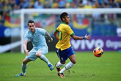 Neymar disputa a bola com Mathieu Debuchi no amistoso entre Brasil e França no estádio Arena do Grêmio, em Porto Alegre (RS). FOTO: Jefferson Bernardes/Preview.com