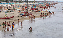 THEMENBILD - Touristen an einem Sandstrand am Mittelmeer, aufgenommen am 24. Juni 2018 in Viareggio, Italien // Tourists on a sandy beach on the Mediterranean Sea, Viareggio, Italy on 2018/06/24. EXPA Pictures © 2018, PhotoCredit: EXPA/ JFK