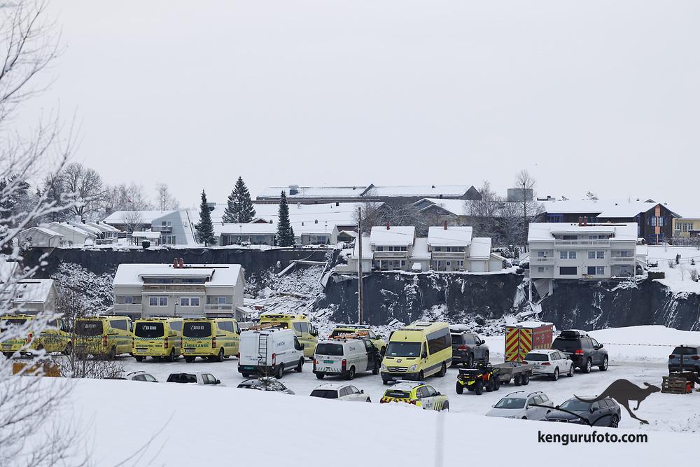 Ask 20210102. <br /> Redningsmannskaper i aktivitet i rasområdet ved Ask i Gjerdrum på dag 4. Flere boliger ble tatt av jordskredet og ni personer er savnet. Over 1000 personer i området er evakuert.<br /> Foto: Tor Erik Schrøder / NTB