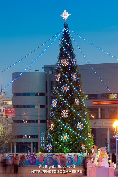 Новогодняя елка на площади Гагарина в Оренбурге