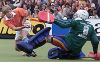 Hockey: Europacup I voor mannen. finale: Bloemendaal-Harvestehude(Duitsl.) 3-1. Maarten Froger scoort voor Bloemendaal 1-0. De Duitse doelman Clemens Arnold wordt gepasseerd.