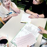 Nederland, Amsterdam , 1 oktober 2009..COGA (Centrum voor Ouderengeneeskunde Amsterdam) .Binnenkort komt u voor onderzoek naar het Centrum voor Ouderen- .geneeskunde Amsterdam (COGA). In deze folder vindt u belangrijke .informatie ten aanzien van uw bezoek aan het COGA. Dit dagcentrum .is een initiatief van de afdelingen interne geneeskunde en neurologie .van VUmc en GGZ inGeest en is bedoeld voor oudere patiënten die .niet geholpen kunnen worden met één of twee polikliniekbezoeken, .maar waarvoor opname niet noodzakelijk is. Het COGA richt zich op .onderzoek en behandeling van ouderen bij wie sprake is van meerdere .aandoeningen tegelijkertijd. Vaak gaat het om een combinatie van .problemen op lichamelijk, geestelijk en sociaal gebied, waardoor de .zelfredzaamheid negatief beïnvloed wordt. Dikwijls worden ouderen .geconfronteerd met een algehele achteruitgang en kan er sprake zijn .van een combinatie van onderstaande klachten: . .o geheugenproblematiek en verwardheid; .o loopproblemen en de neiging tot vallen; .o interesseverlies, 'nergens meer toe komen'; .o  onverklaarbare achteruitgang in het dagelijks functioneren; .o  polyfarmacie, dat wil zeggen het gebruiken van .veel medicijnen tegelijkertijd..De internist-geriater (een arts gespecialiseerd in ouderen) onderzoekt .de oorzaken van deze klachten, zoekt naar mogelijkheden voor .behandeling en geeft adviezen. .De internist-geriater (een arts gespecialiseerd in ouderen) onderzoekt .de oorzaken van deze klachten, zoekt naar mogelijkheden voor .behandeling en geeft adviezen. .De internist-geriater (een arts gespecialiseerd in ouderen) onderzoekt .de oorzaken van deze klachten, zoekt naar mogelijkheden voor .behandeling en geeft adviezen. .De internist-geriater (een arts gespecialiseerd in ouderen) onderzoekt .de oorzaken van deze klachten, zoekt naar mogelijkheden voor .behandeling en geeft adviezen. .COGA is een goed voorbeeld van de samenwerkingsverband tussen VUmc en GGZ IN Geest..Op de foto: uitslag en adviesg