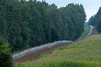 Krynki, woj. podlaskie, 27.08.2021. Trwa budowa 2,5-metrowego plotu z drutu kolczastego na granicy z Bialorusia. N/z wojsko buduje plot na pasie ziemi granicznej  fot Michal Kosc / AGENCJA WSCHOD