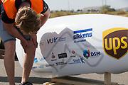 Een technicus bekijkt de valschade. In Battle Mountain, Nevada, oefent het team op een weggetje. Het Human Power Team Delft en Amsterdam, dat bestaat uit studenten van de TU Delft en de VU Amsterdam, is in Amerika om tijdens de World Human Powered Speed Challenge in Nevada een poging te doen het wereldrecord snelfietsen voor vrouwen te verbreken met de VeloX 7, een gestroomlijnde ligfiets. Het record is met 121,44 km/h sinds 2009 in handen van de Francaise Barbara Buatois. De Canadees Todd Reichert is de snelste man met 144,17 km/h sinds 2016.<br /> <br /> With the VeloX 7, a special recumbent bike, the Human Power Team Delft and Amsterdam, consisting of students of the TU Delft and the VU Amsterdam, wants to set a new woman's world record cycling in September at the World Human Powered Speed Challenge in Nevada. The current speed record is 121,44 km/h, set in 2009 by Barbara Buatois. The fastest man is Todd Reichert with 144,17 km/h.