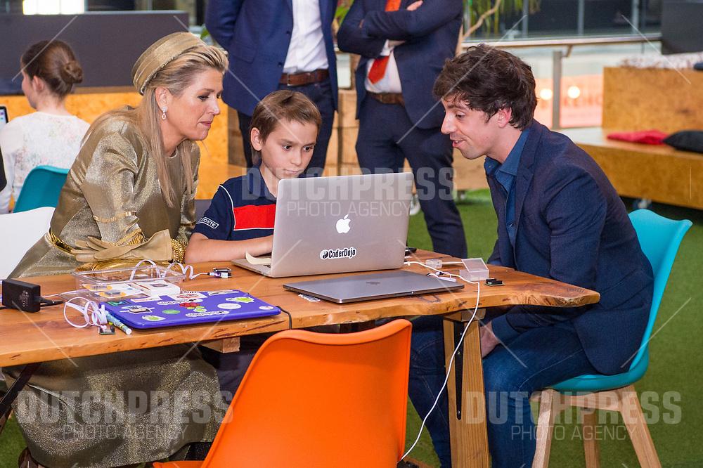 Koningin Maxima tijdens een bezoek aan Dogspatch Labs in Dublin, op dag 1 van het 3-daags staatsbezoek van het Nederlands Koningspaar aan Ierland.