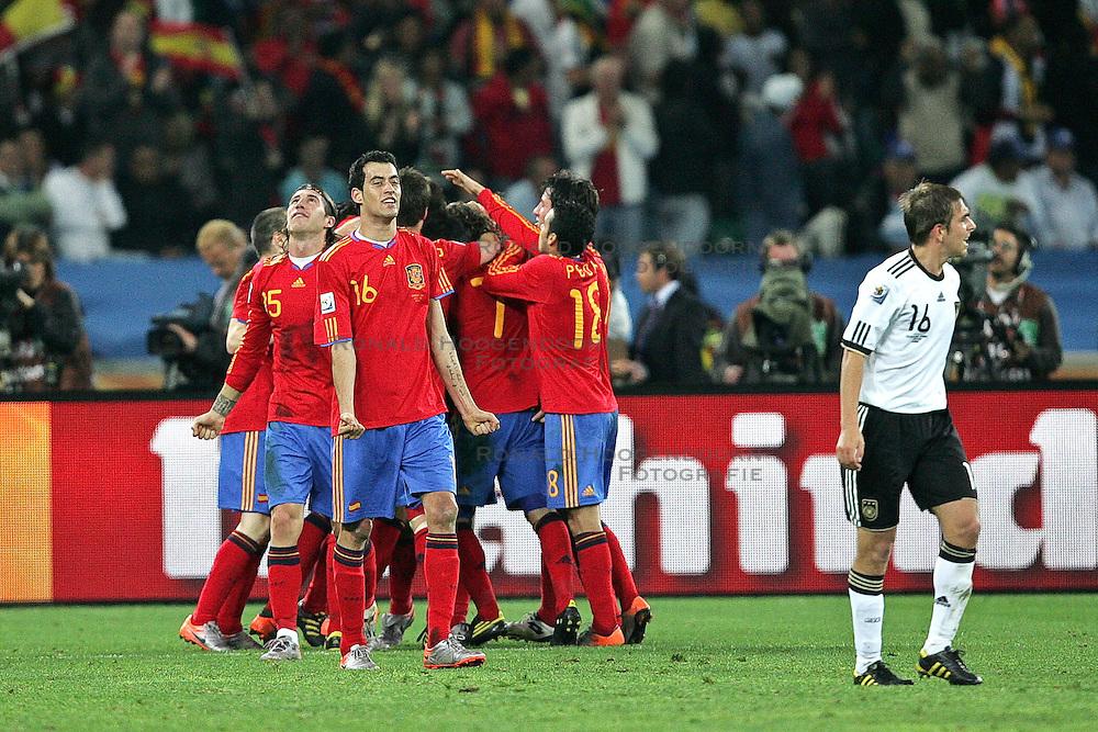 07-07-2010 VOETBAL: FIFA WORLDCUP 2010 SPANJE - DUITSLAND: DURBAN<br /> Halve finale WC 2010 - Spanje wint met 1-0 van Duitsland /  Spain celebrate after the Spanish goal is scored from Puyol, vorne Philipp Lahm ( FC Bayern Muenchen #16 )<br /> ©2010-FRH- NPH/ Kokenge (Netherlands only)