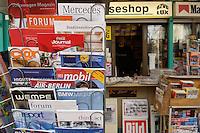 10 JAN 2005, BERLIN/GERMANY:<br /> Die gibt es normalerweise nicht am Kiosk: Kundenzeitschriften drapiert an einem Zeitungsstaender, Zeitungskiosk am Wittenbergplatz<br /> IMAGE: 20050110-01-007.jpg<br /> KEYWORDS: Oeffentlichkeitsarbeit, PR, Öffentlichkeitsarbeit, Werbung, Firmenzeitschriften, PR,