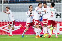 1. divisjon fotball 2015: Hødd - Fredrikstad. Fredrikstads Rafael Edgardo Burgos (nr 2 f.h.) gratuleres med 1-1 scoringen i førstedivisjonskampen mellom Hødd og Fredrikstad på Høddvoll.