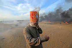 October 5, 2018 - Khan Younis, Gaza Strip - Palestinian protesters gather during clashes with Israeli troops in tents protest where Palestinians demand the right to return to their homeland at the Israel-Gaza border, in Khan Younis in the southern Gaza Strip on October 5, 2018  (Credit Image: © Ashraf Amra/APA Images via ZUMA Wire)
