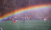 BLOEMENDAAL - hoofdklasse competitie heren. Bloemendaal-Kampong (1-1) . Regenboog. Warming up op een bijveld.  Door de koude was het hoofdveld niet bespeelbaar en werd uitgeweken naar een bijveld.  COPYRIGHT KOEN SUYK
