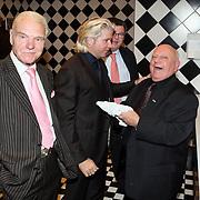 NLD/Uitgeest/20080116 - Uitreiking Popularitiets award Noord Holland 2008, Dries Roelvink en Clown Bassie op het toilet