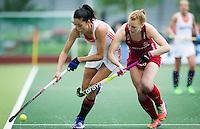 AMSTERDAM - Hockey - Naomi van As (Neth) (l) in duel met Nicola White (GB).   Interland tussen de vrouwen van Nederland en Groot-Brittannië, in de Rabo Super Serie 2016 .  COPYRIGHT KOEN SUYK