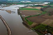 Nederland, Limburg, Gemeente Sittard-Geleen, 15-11-2010; Grevenbicht, Maas (Grensmaas) treedt bij hoogwater buiten zijn oevers en het water wordt ook via de uiterwaarden stroomafwaarts afgevoerd. Onder in beeld een peilschaal (bereikbaar via bruggetje),.Maas (Meuse) overflowing its banks, the water is also discharged downstream via the floodplains..luchtfoto (toeslag), aerial photo (additional fee required).foto/photo Siebe Swart