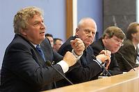 """13 MAY 2004, BERLIN/GERMANY:<br /> Gerd Schulte-Hillen (L), Stiftung Liberales Netzwerk, Prof. Meinhard Miegel (M), Buergerkonvent, Karl-Ulrich Kuhlo (R), Initiative """"Deutschland packt´s ab"""", waehrend der Pressekonferenz """"Fuer ein besseres Deutschland"""" - eine Aktionsgemeinschaft von 10 Reforminitiativen mit Forderungen an die Politik, Bundespressekonferenz<br /> IMAGE: 20040513-01-025<br /> KEYWORDS: Bürgerkonvent"""