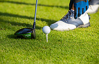 NUNSPEET - Tee, opteeen, bal, afslaan, afslag, driver, handschoen, Golf op Rijk van Nunspeet.   COPYRIGHT KOEN SUYK