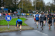Nederland, Nijmegen, 15-11-2015De populaire Zevenheuvelenloop. Voorop de wedstrijdlopers, daarachter 35.000 recreatielopers. De tocht is 15 km. lang. Toch nog even de veters strikken.FOTO: FLIP FRANSSEN/ HH