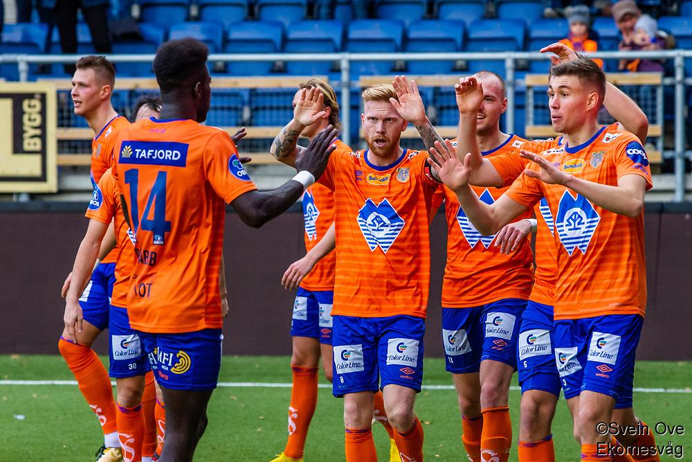 1. divisjon fotball 2018: Aalesund - Levanger (4-0). Aalesunds Pape Habib Gueye feirer 1-0 sammen med lagkameratene i kampen i 1. divisjon i fotball mellom Aalesund og Levanger på Color Line Stadion. Målscorer Holmbert Fridjonsson bak til venstre.