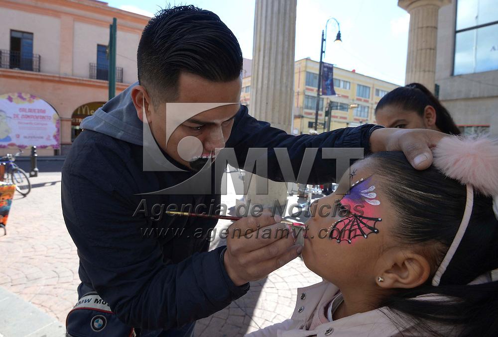Toluca, México (Octubre 30, 2016).- Catrinas, zombies, monstruos y más son maquillajes que pide la gente en la esquina de la avenida Miguel Hidalgo y Bravo, en donde niños, jóvenes y adultos acuden a poder pintarse la cara para poder empezar los festejos por el Día de Muertos. Agencia MVT / Crisanta Espinosa