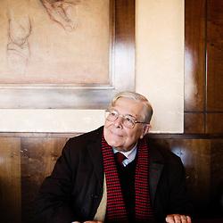 Andre Degaine, 83 ans, ou « le spectateur absolu ». Passionne de theatre et ecrivain (le theatre raconte aux jeunes, Histoire du Theatre dessinee, etc.), ici dans son repere, la brasserie Dalou,place de la Nation a Paris, France. 27 novembre 2009. Photo : Antoine Doyen pour La Croix.