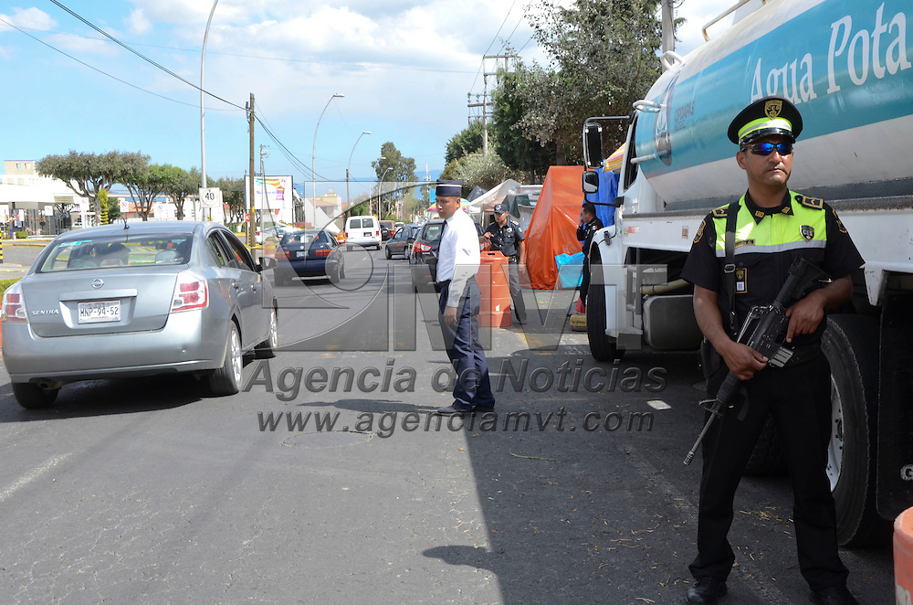 Metepec, México (Noviembre 01, 2016).- Este 1 y 2 de noviembre los 370 panteones del Estado de México permanecerán vigilados por elementos de la CESC y policías municipales que resguardaran la seguridad de los visitantes.  Agencia MVT / José Hernández.