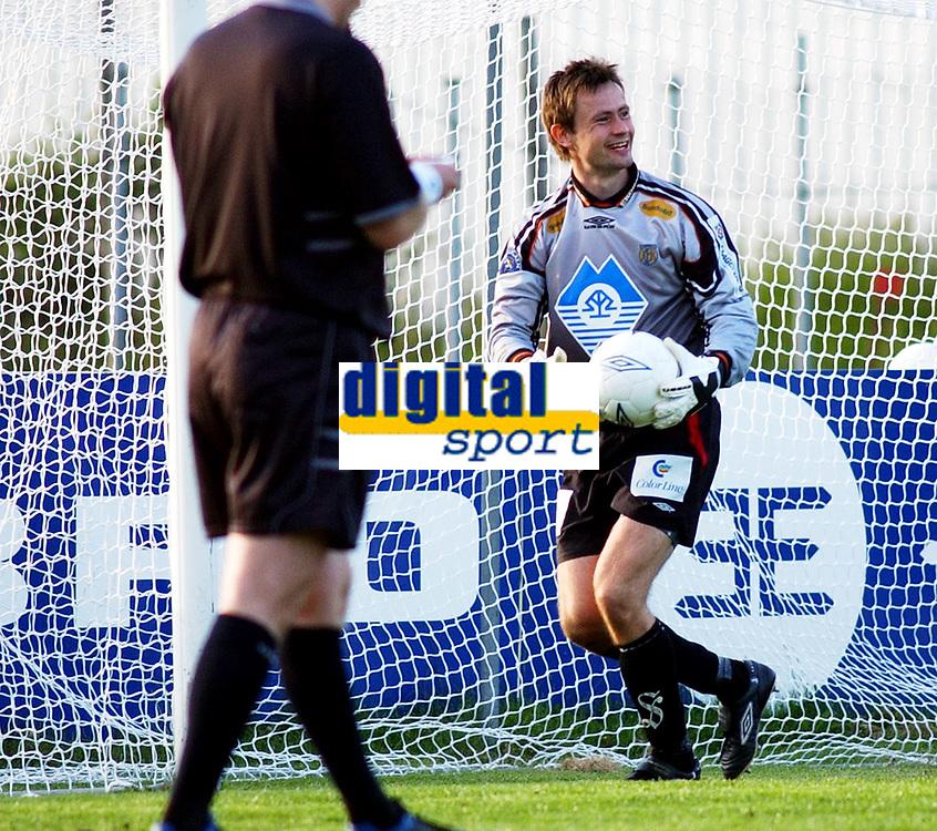 Keeper Kim Deinoff, Aalesund, har reddet straffe. <br /> <br /> Fotball: Kongsvinger - Aalesund 2-2 (5-2 e. straffer). NM 2004 herrer, 3. runde. 8. juni 2004. (Foto: Peter Tubaas/Digitalsport.