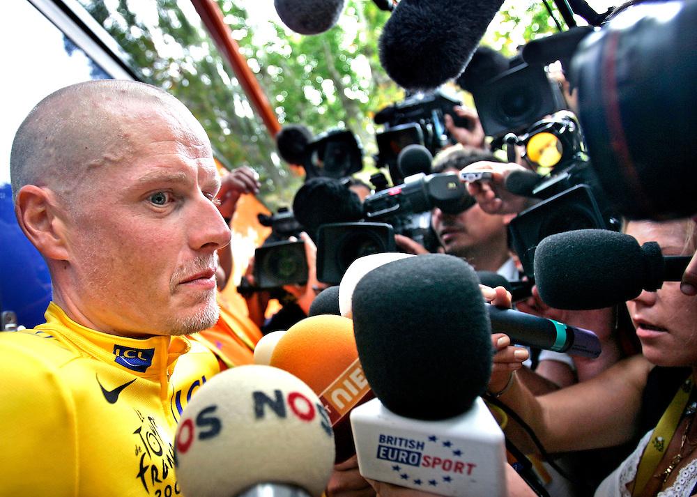 Frankrijk, Castres, 20-07-2007.<br /> Wielrennen, Tour de France, 12e etappe.<br /> Michael Rasmussen, de gele truidrager, bij de Rabobankbus voor de start van de etappe. Rasmussen hheeft een waarschuwing gehad omdat hij niet had opgegeven aan de UCI waar hij verbleef tijdens een trainingskamp in Mexico dit jaar.<br /> Foto: Klaas Jan van der Weij / Sportstation