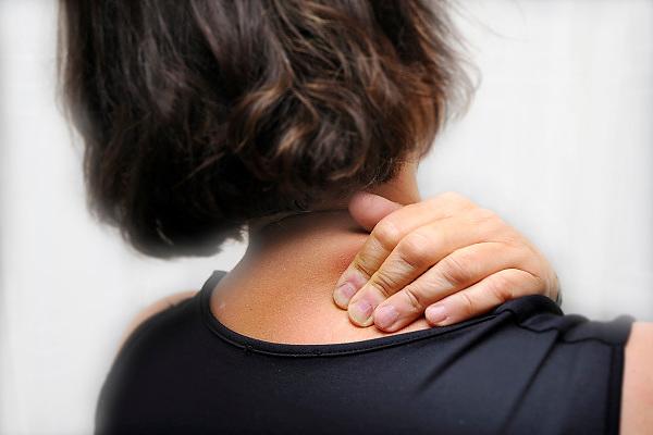Nederland, Ubbergen, 28-8-2010Een vrouw heeft nekpijn.Foto: Flip Franssen
