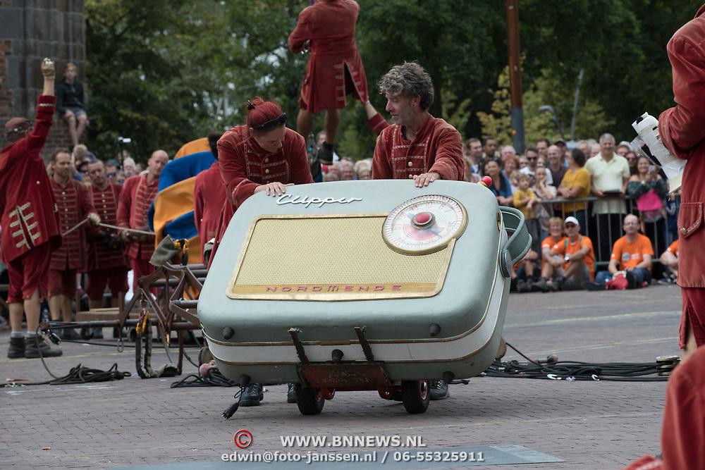 NLD/Leeuwarden/20180818 - De Reuzen van Royal de Luxe trekken door Leeuwarden,