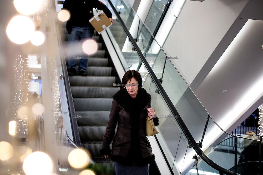 """Oslo, Norge, 16.12.2015.Hege Storhaug rusler en tur i Oslo sentrum, reaksjonene er blandede. Bilder til magasinsak i i Fredrelandsvennens """"God Helg"""" magasin."""