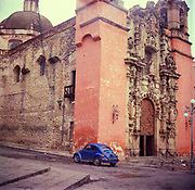 A294J5 Blue beetle volkswagon VW car by spanish colonial church Guanajuato Mexico