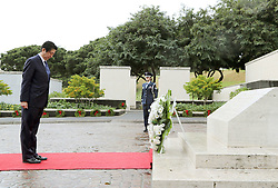 Der japanische Ministerpräsident Shinzo Abe gedenkt der Opfer des Angriffs auf Pearl-Habour von 1941 / 271216 *** Japanese Prime Minister Shinzo Abe lays a wreath at the National Memorial Cemetery of the Pacific in Honolulu on Dec. 26, 2016, at the outset of his two-day tour of Hawaii including the site of Japan's surprise attack 75 years ago.