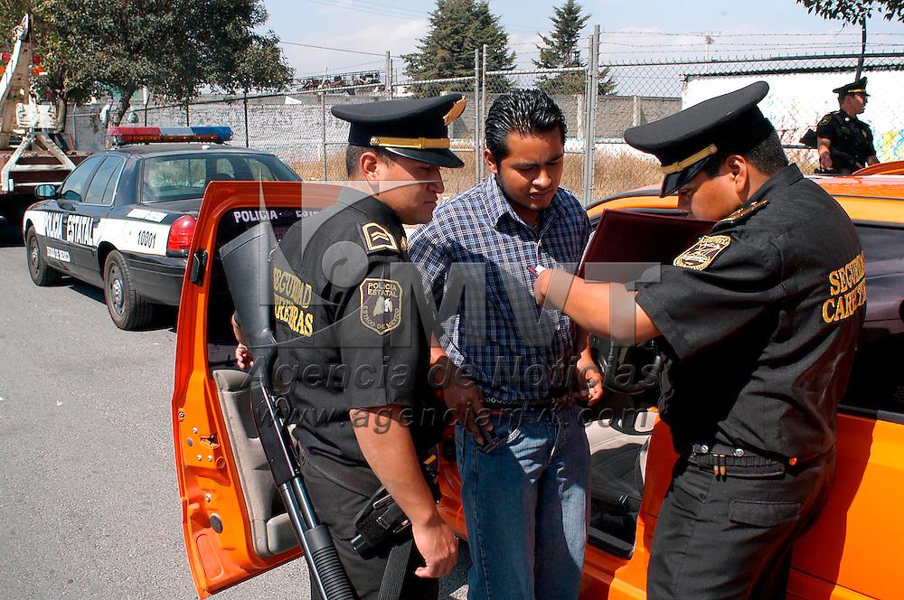 """Toluca, Méx.- Elementos de la policia Estatal realizan el operativo """"aguijón"""" donde se revizan autos para deteccion de droga y armas en las carreteras de acceso a la ciudad de Toluca. Agencia MVT / Hernan Vázquez E. (DIGITAL)<br /> <br /> NO ARCHIVAR - NO ARCHIVE"""